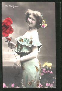 AK Schauspielerin Violet Wagner mit Blumen posierend