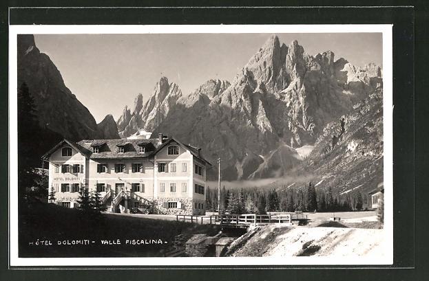 AK Valle Fiscalina, Hotel Dolomiti mit Gebirge im Hintergrund