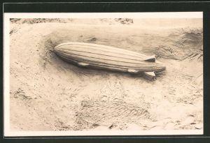 Foto-AK Sandplastik eines Zeppelins am Strand