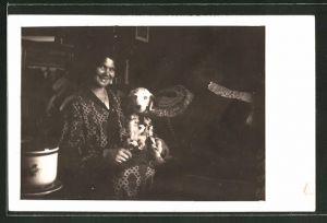 Foto-AK Frau mit Dalmatiner auf dem Sofa