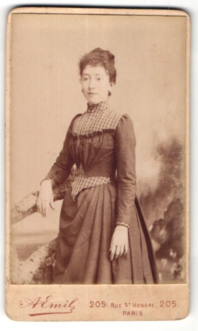 Fotografie A. Emil, Paris, junge hübsche Frau im edlen Kleid