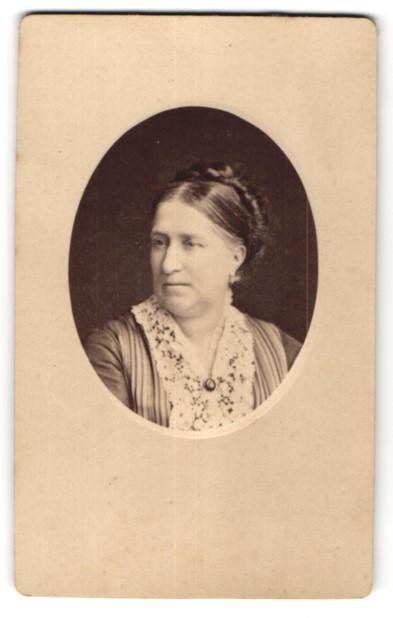 Fotografie Walery, Paris, Portrait hübsche Dame mit Hochsteckfrisur in edler Spitzenbluse