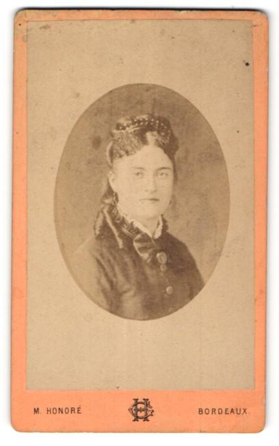 Fotografie M. Honore, Bordeaux, Portrait junge Dame mit Haarreif in edler Bluse
