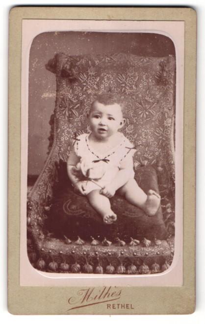 Fotografie Milhes, Rethel, niedliches Baby im Sessel sitzend