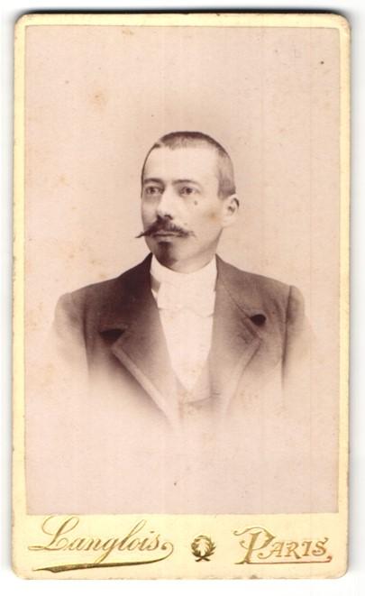 Fotografie Langlois, Paris, Portrait junger Mann mit Bart in Anzug und Fliege