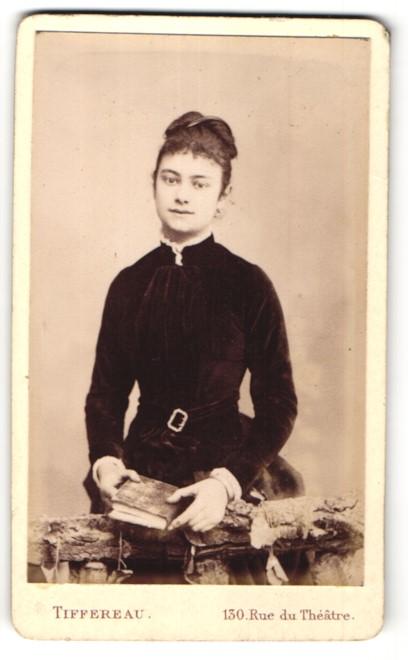 Fotografie Tiffereau, Paris-Grenelle, hübsche junge Frau mit Haarspange im hübschen Samtkleid mit Buch