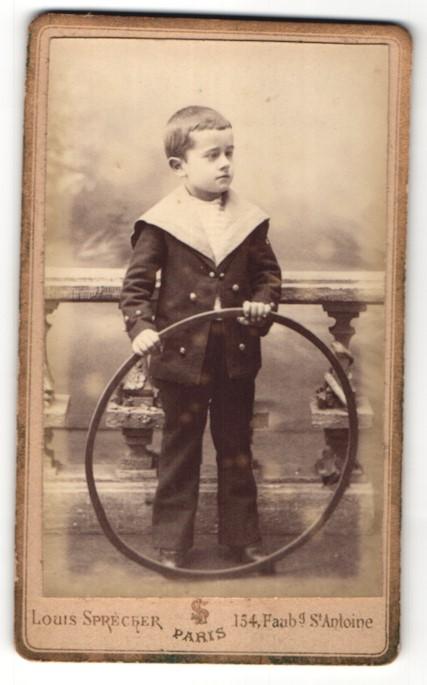 Fotografie Louis Sprecher, Paris, frecher Bube mit Reifen