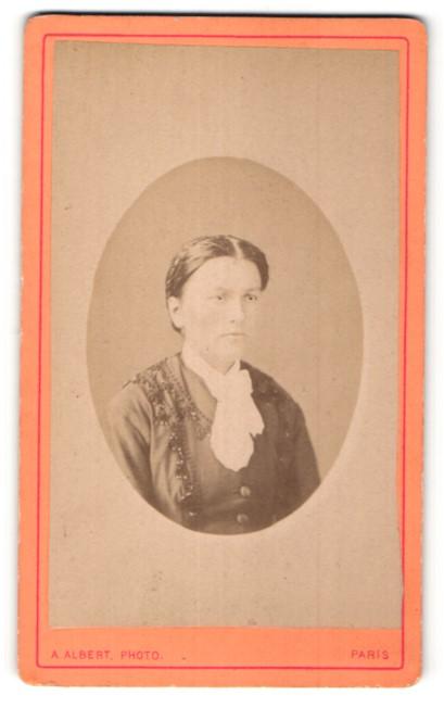Fotografie A. Albert, Paris, Portrait hübsche Dame mit Flechtfrisur in edler Bluse mit Schleife am Kragen
