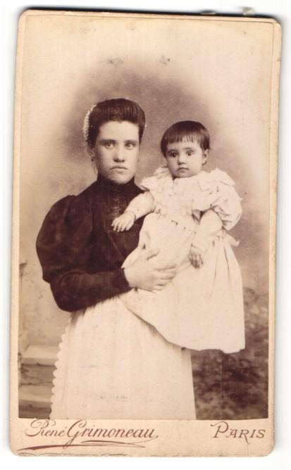 Fotografie Rene Grimoneau, Paris, hübsche junge Mutter mit niedlichem kleinen Mädchen im weissen Rüschenkleid