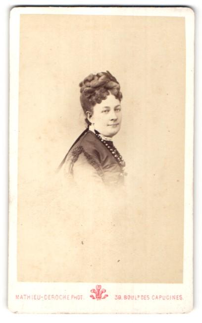 Fotografie Mathieu-Deroche, Paris, Portrait hübsche Frau mit Flechtfrisur und Halskette
