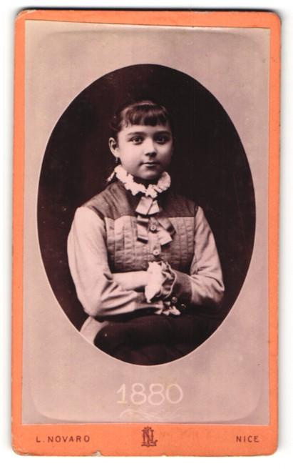 Fotografie L. Novaro, Nice, Portrait hübsches Mädchen mit Schleife am Kragen
