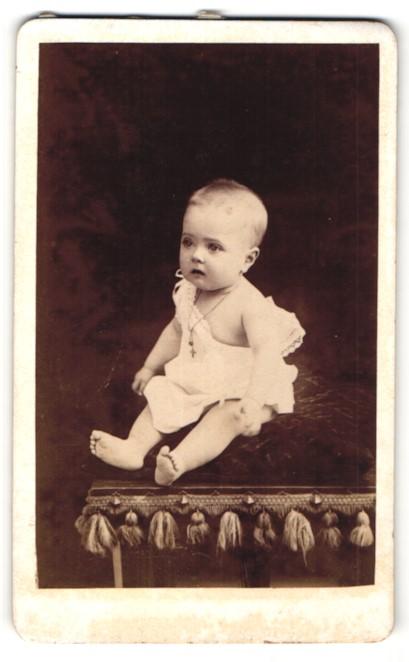 Fotografie L. Yrondy, Fougeres, niedliches Baby im weissen Kleid und Halskette