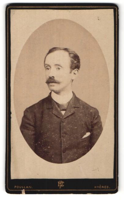 Fotografie Poullan, Hyeres, Portrait junger Mann mit Schnurrbart im Anzug