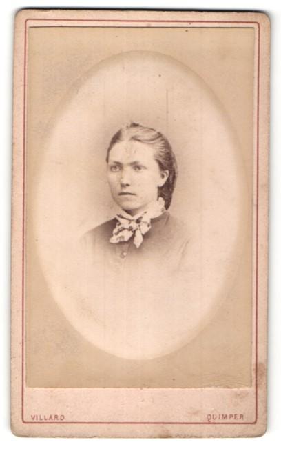 Fotografie Villard, Quimper, Portrait junge hübsche Frau mit Schleife am Kragen