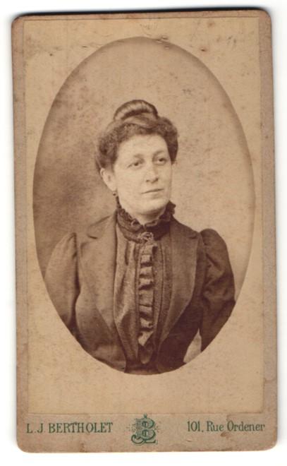 Fotografie L. J. Bertholet, Paris, Portrait hübsche Dame mit Dutt in edler Rüschenbluse