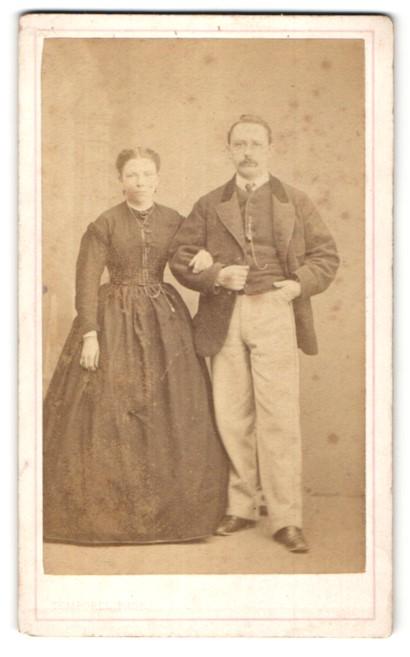 Fotografie Temporel, Geneve, junge Dame im hübschen Kleid & edler Mann im Anzug