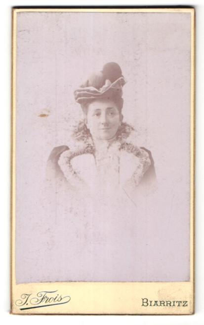 Fotografie J. Frois, Biarritz, Portrait hübsche Dame mit grossem Hut