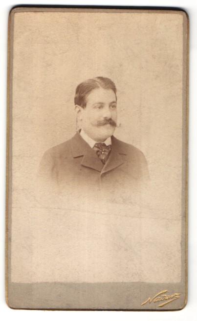 Fotografie Nadar, Paris, Portrait edler Herr mit Oberlippenbart im Anzug