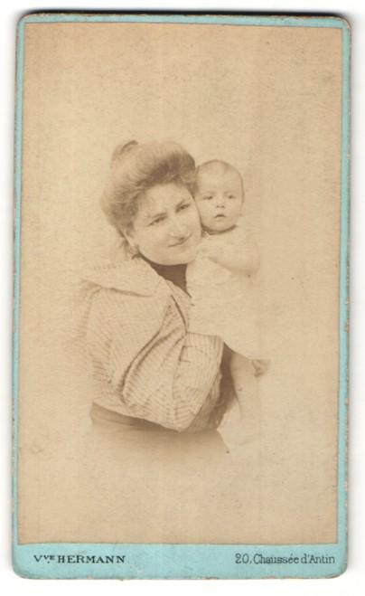 Fotografie V. Hermann, Paris, Portrait hübsche Mutter in edler Rüschenbluse mit niedlichem Baby