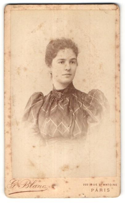 Fotografie G. Blanc, Paris, Portrait hübsche junge Frau in edler Bluse mit Brosche am Kragen