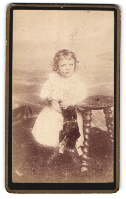 Fotografie R. de Perol, Paris, niedliches blondes Mädchen mit Puppe