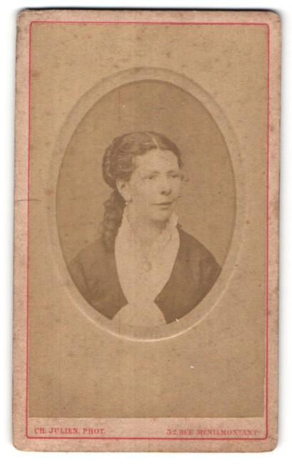 Fotografie Ch. Julien, Paris, Portrait hübsche Dame mit lockigem Haar in edler Bluse