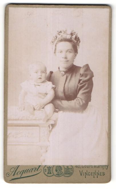 Fotografie Acquart, Vincennes, hübsche Mutter mit Rüschenhaube & niedliches Baby