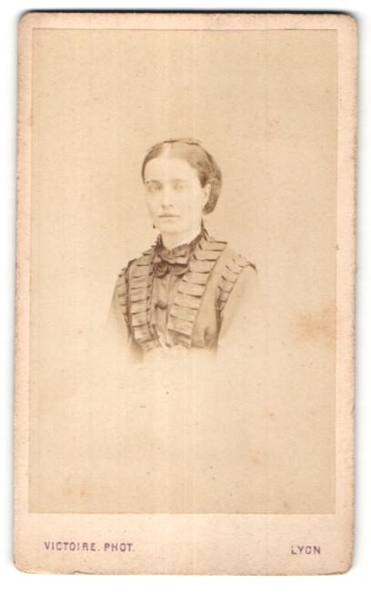 Fotografie Victoire, Lyon, Portrait junge Frau in edler Rüschenbluse und Haarschleife
