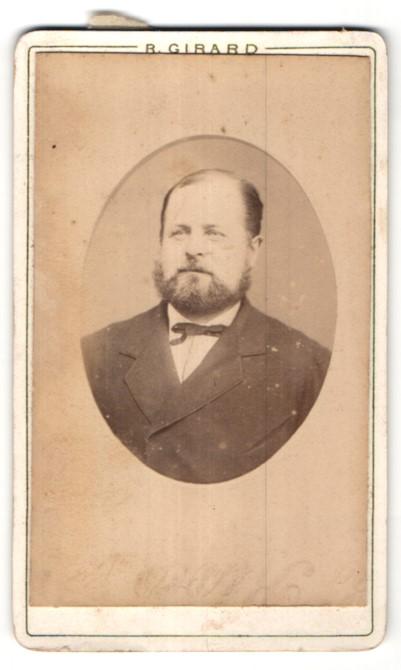Fotografie R. Girard, Paris, Portrait edler Herr mit Bart im Anzug und Schleife
