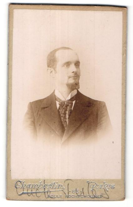Fotografie Chamberlin, Paris, Portrait junger Mann mit Bart im Anzug