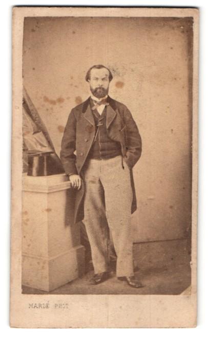 Fotografie Marle, Paris, edler Herr mit Vollbart im Anzug