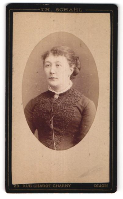 Fotografie Th. Schahl, Dijon, Portrait junge hübsche Frau in edler Bluse mit Brosche am Kragen