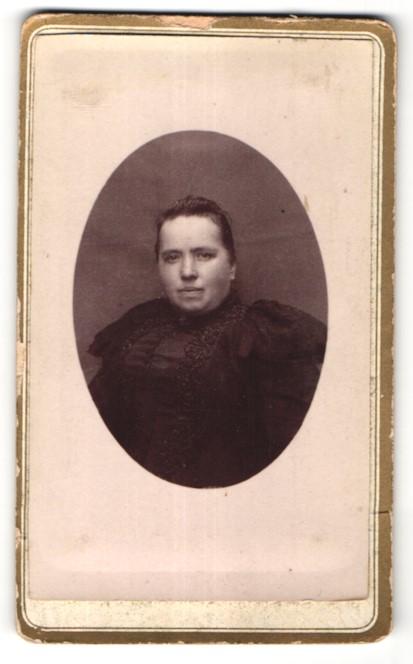 Fotografie E. Lenne, Ort unbekannt, Portrait edle Dame im hübscher Bluse mit Stickerei