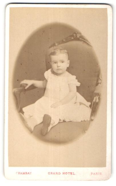 Fotografie Chambay, Paris, niedliches kleines Mädchen im Sessel sitzend