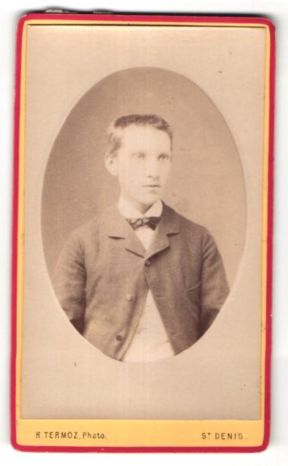 Fotografie R. Termoz, St. Denis, Portrait Knabe im Anzug mit Schleife