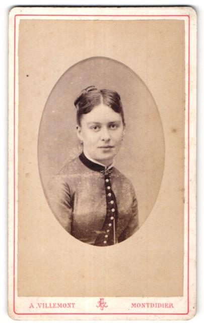Fotografie A. Villemont, Montdidier, Portrait junge hübsche Frau mit Dutt in edler Bluse