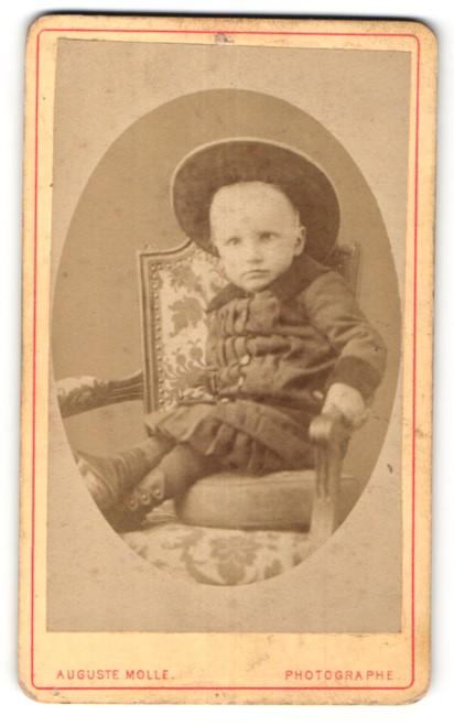 Fotografie Auguste Molle, Clermont-Ferrand, niedliches kleines Mädchen mit grossem Hut im Mantel