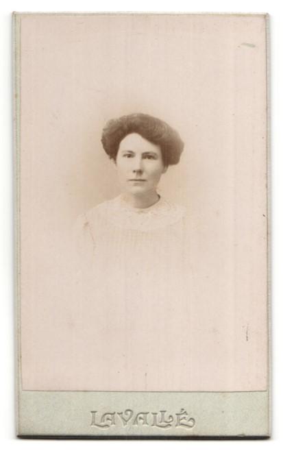 Fotografie Levalle, Paris, Portrait hübsche Dame in edler weisser Blume