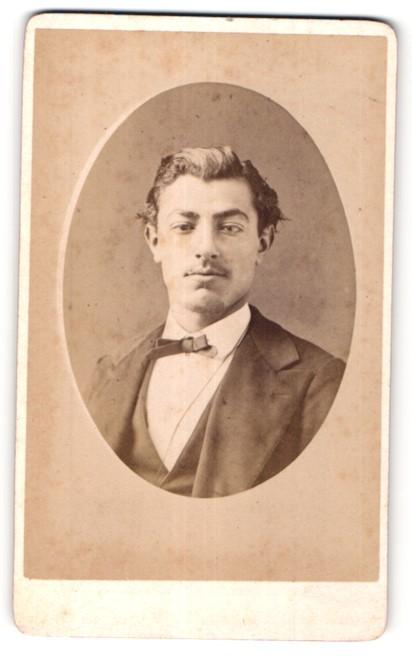 Fotografie G. Lancelot, Troyes, Portrait junger Mann im Anzug mit Schleife