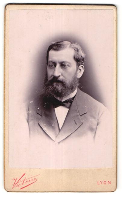 Fotografie Victoire, Lyon, Portrait edler Herr mit Vollbart im Anzug