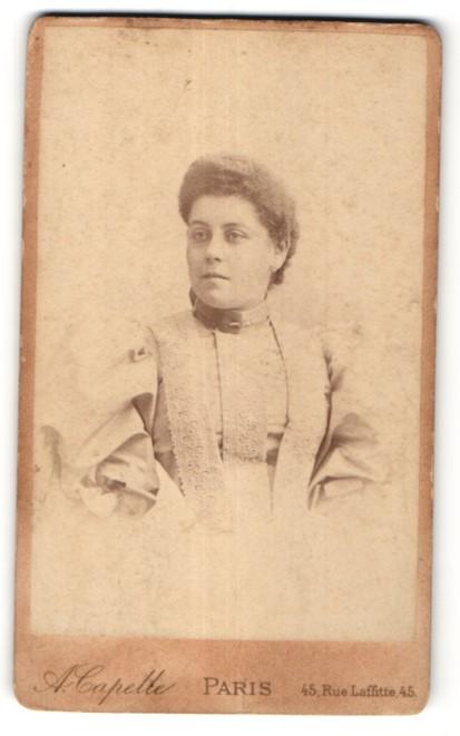 Fotografie A. Capelle, Paris, Portrait hübsche Frau in edler Bluse mit Spitze