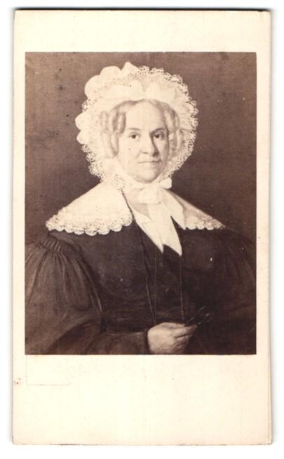 Fotografie Durand, Lyon, Portrait ältere Dame mit Spitzenhaube und Schleife am Kragen