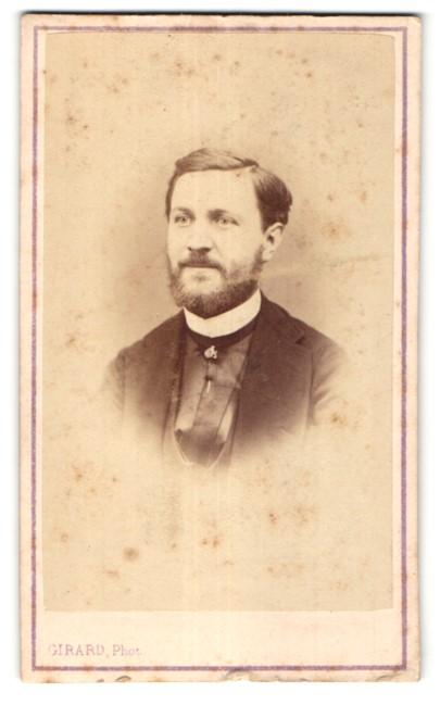 Fotografie Girard, Paris, Portrait junger Mann mit Vollbart im Anzug