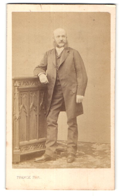 Fotografie Franck, Paris, edler Herr mit Halbglatze und Bart im Anzug