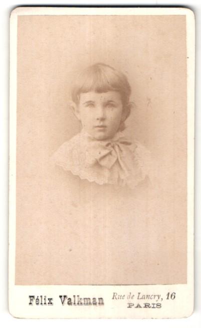 Fotografie Felix Valkman, Paris, Portrait niedliches kleines Mädchen mit Schleife am Kragen