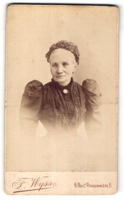 Fotografie F. Wyss, Paris, Portrait ältere Dame mit Rüschenhaube in edler Spitzenbluse