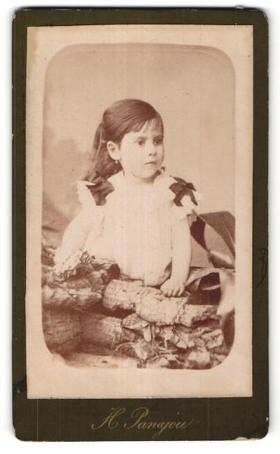 Fotografie H. Panajou, Bordeaux, niedliches kleines Mädchen im hübschen Kleid mit Schleifen