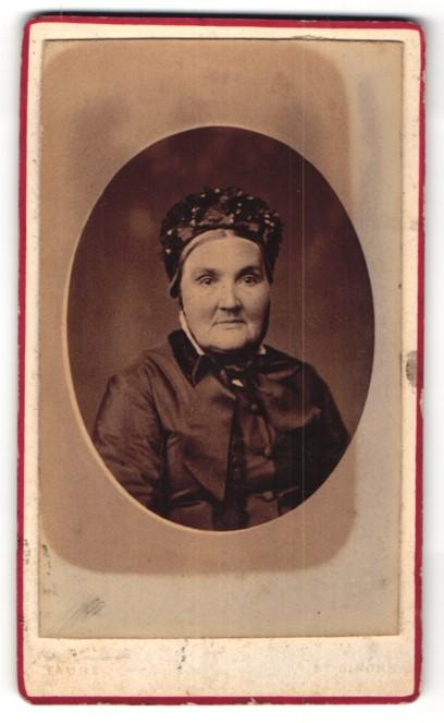 Fotografie Faure, St. Girons, Portrait ältere Dame mit Rüschenhaube
