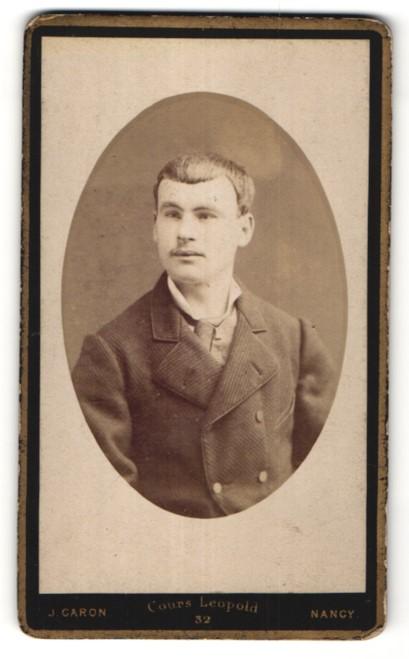 Fotografie J. Garon, Nancy, Portrait junger Mann in edler Jacke