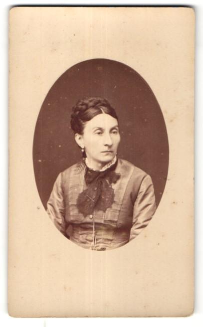 Fotografie F. Mulnier, Paris, Portrait edle Dame mit Flechtfrisur und Schleife am Kragen